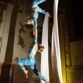 Vzdušná akrobacie na šálách duo show Pražská Křižovatka