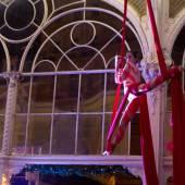 Vzdušná akrobacie na šálách kolonáda Mariánské Lázně