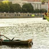 Vzdušná akrobacie na šálách nad Vltavou