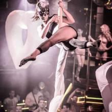 Vzdušná akrobacie na šálách v klubu Duplex