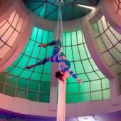 Vzdušná akrobacie na šálách v baru 360°