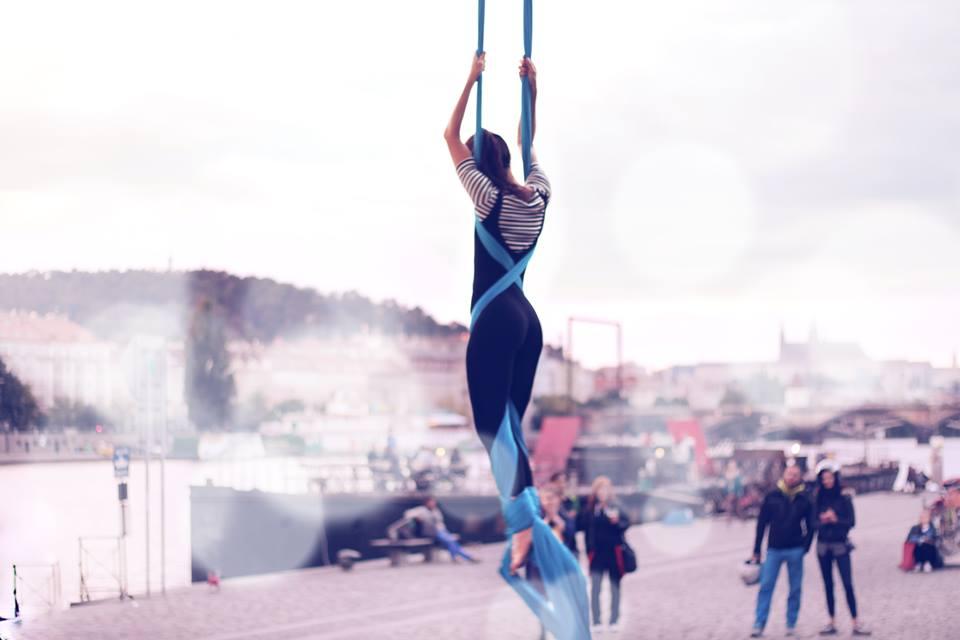 Vzdušná akrobacie na šálách na Náplavce