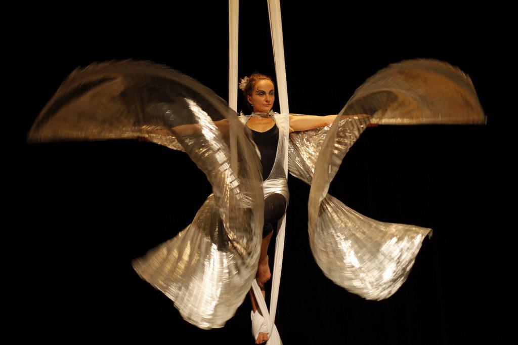 Vzdušná akrobacie na šálách v divadle