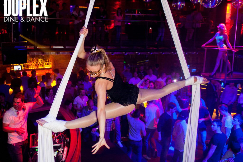 Vzdušná akrobacie na šálách show v klubu Duplex