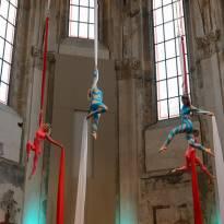 Vzdušná akrobacie na šálách - skupinová show